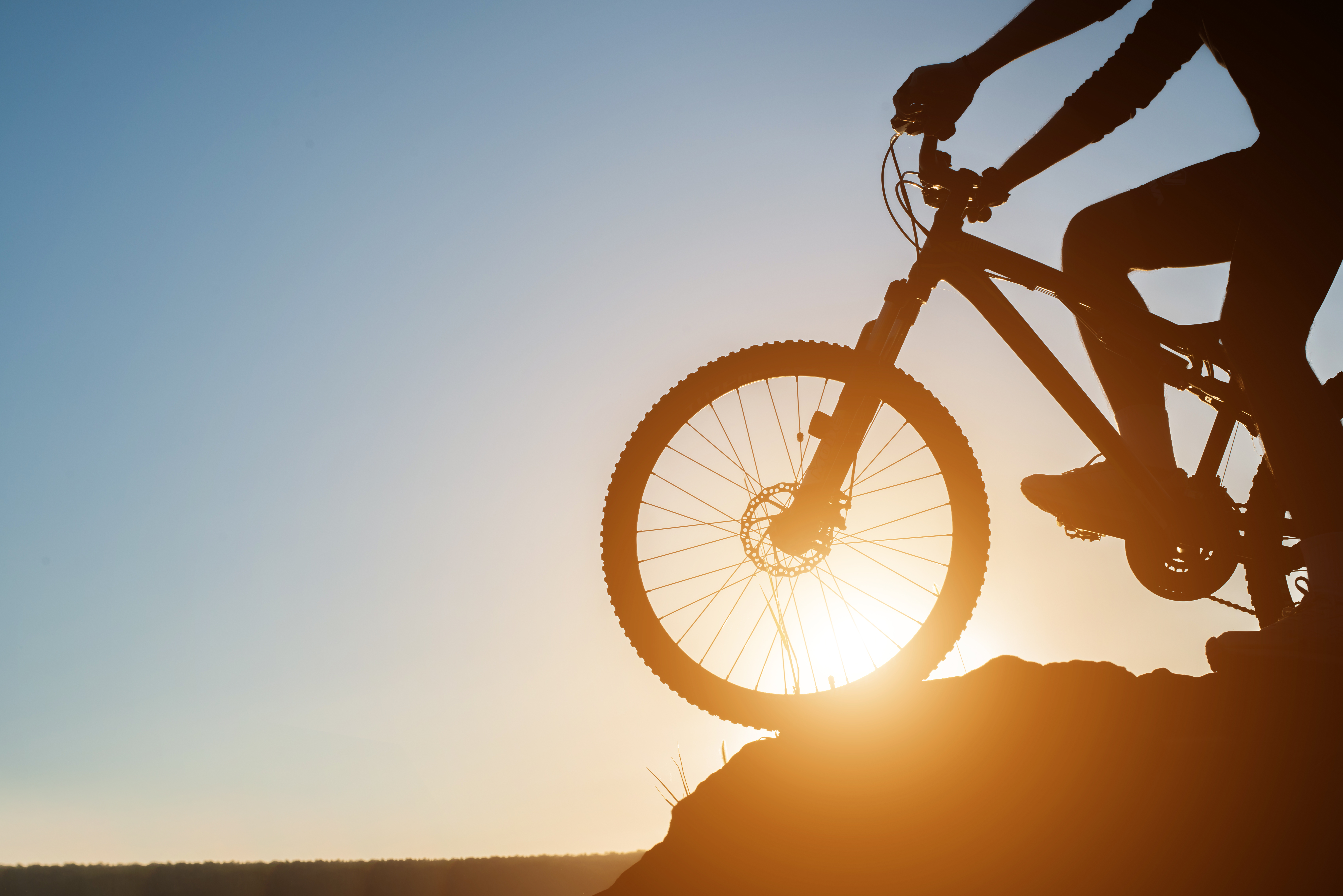 Ciclista se preparando para aventura de Mountain Bike