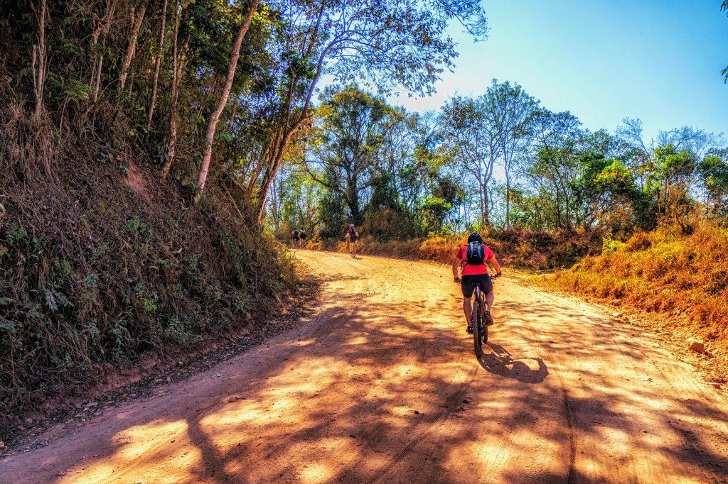 Mountain Bike na estrada de chão
