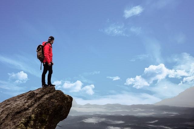 homem na montanha