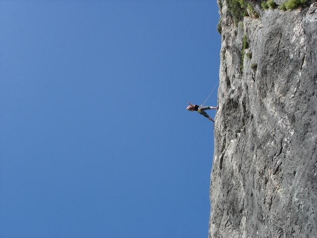 mulher escalando
