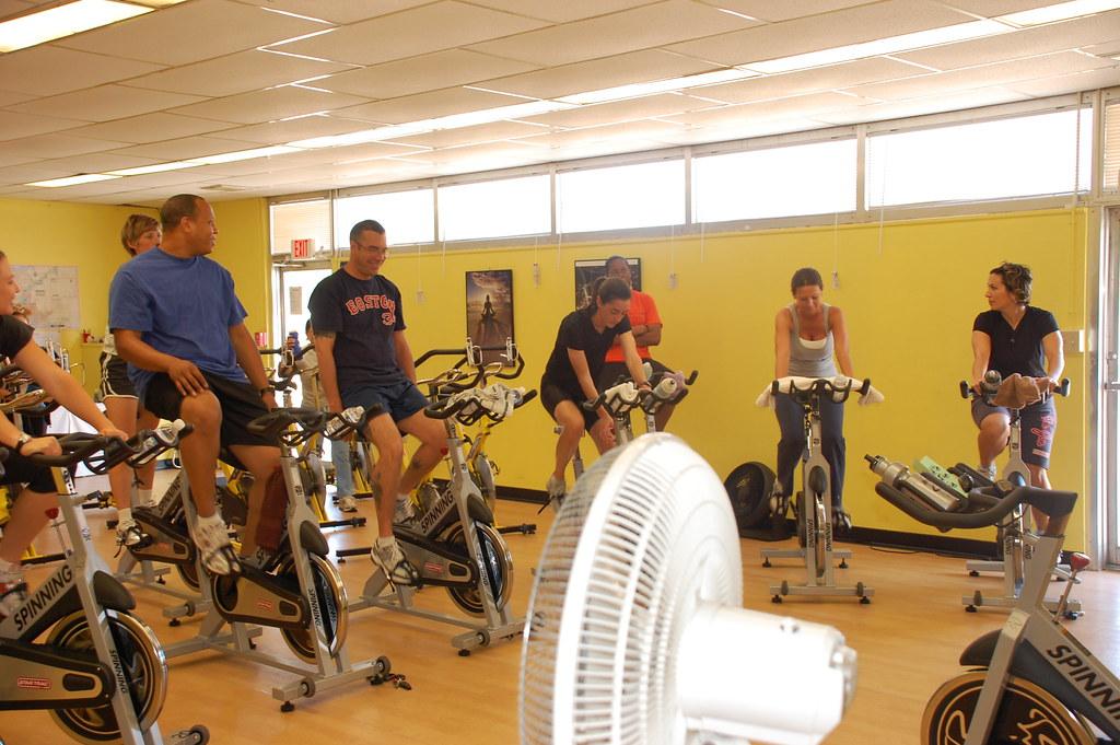 Alunos durante aula de ciclismo indoor