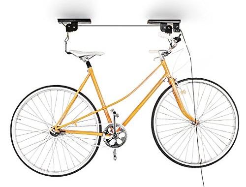 Bicicleta pendurada no teto do apartamento.