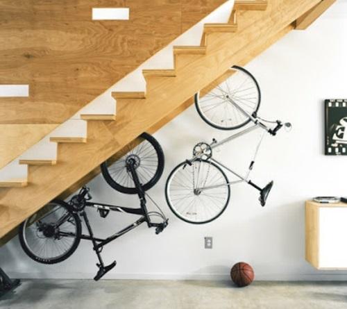 Bicicletas guardadas embaixo da escada