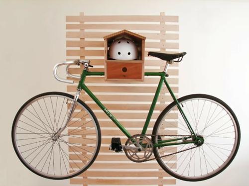 Bicicleta é guardada na parede com um estrato de cama