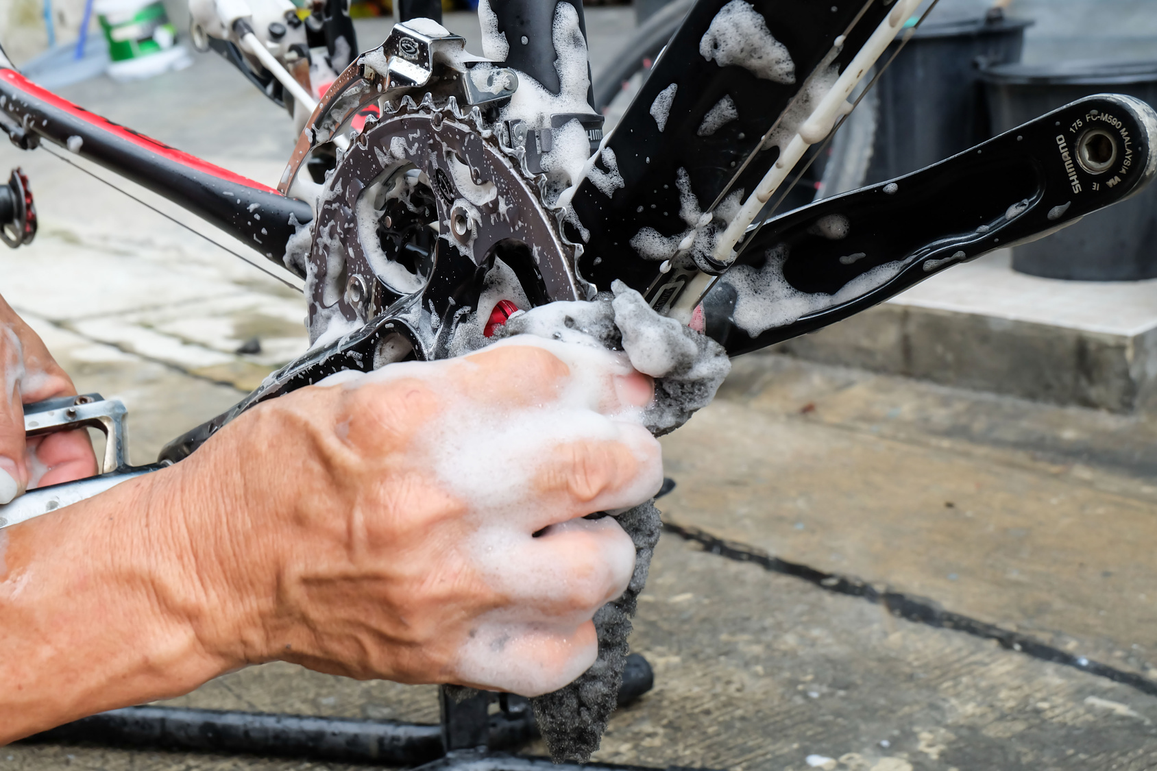 Coroa de bicicleta é limpada com sabão.
