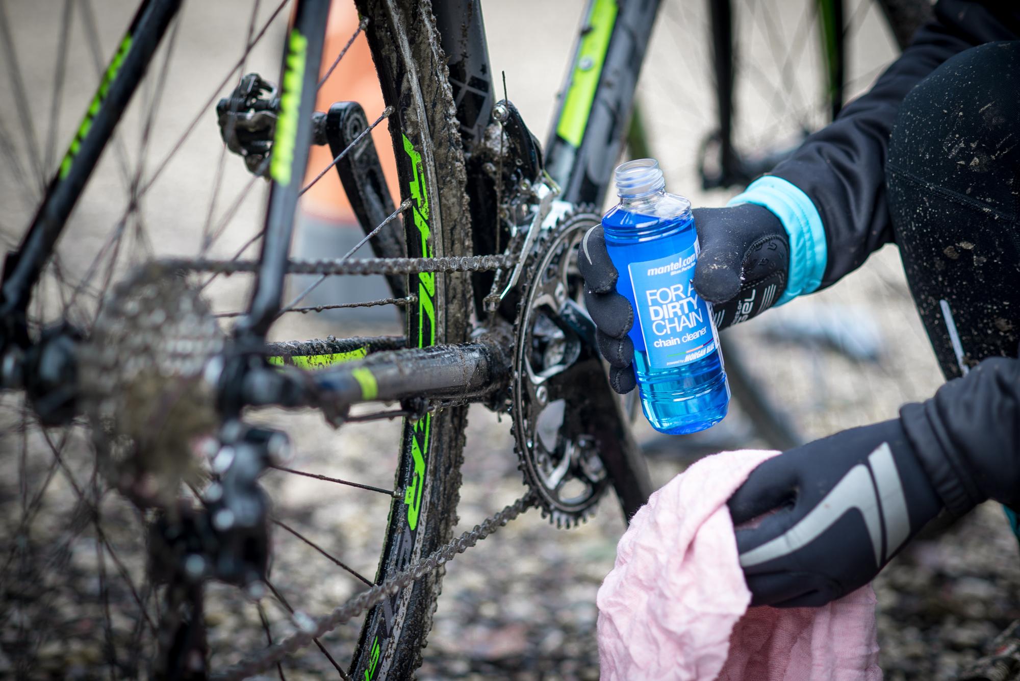 Homem se prepara para limpar a bike após pedalar na chuva