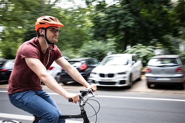 Homem ouve música enquanto pedala