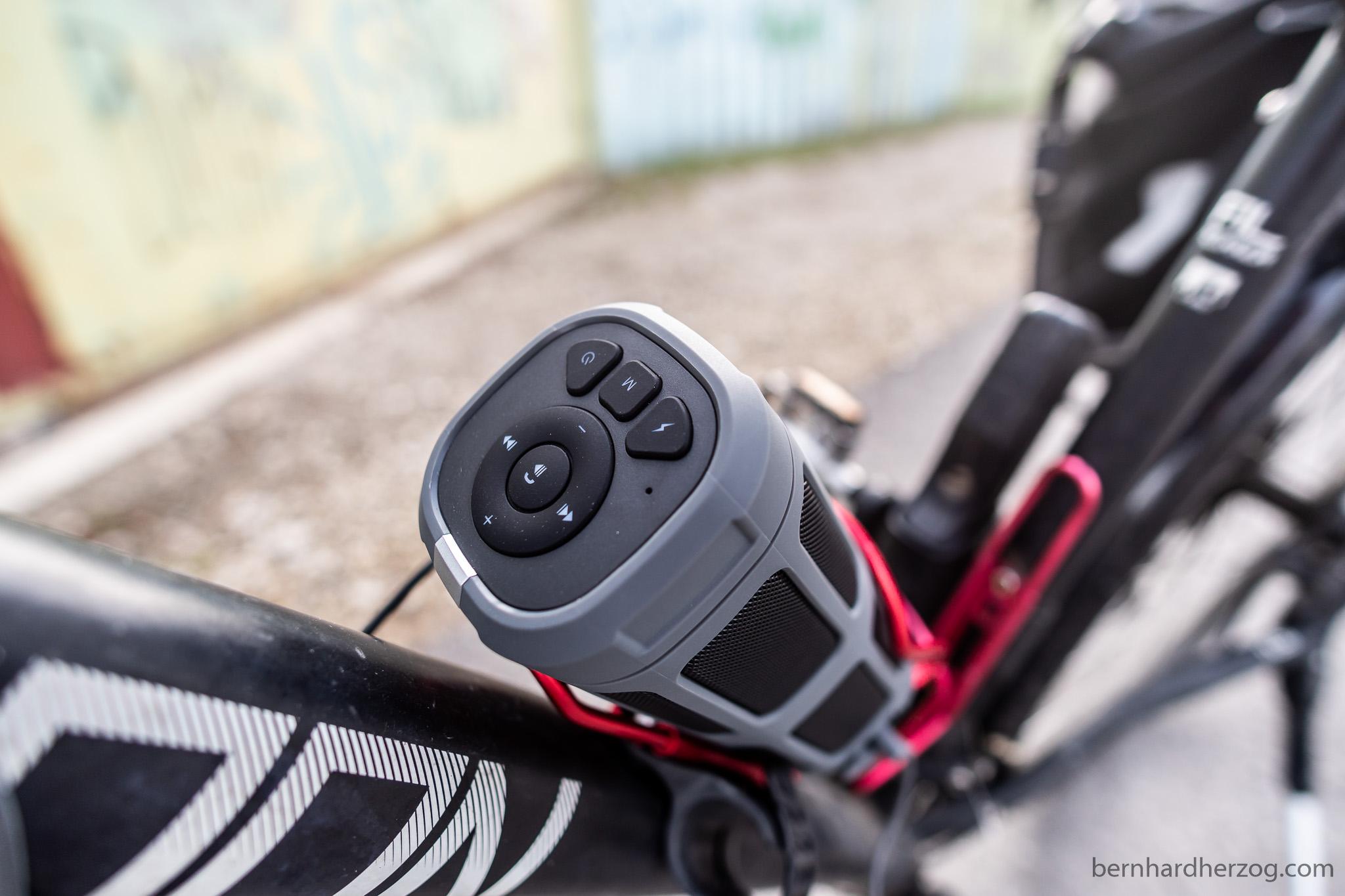 Uma caixa de som acoplada ao quadro de uma bicicleta