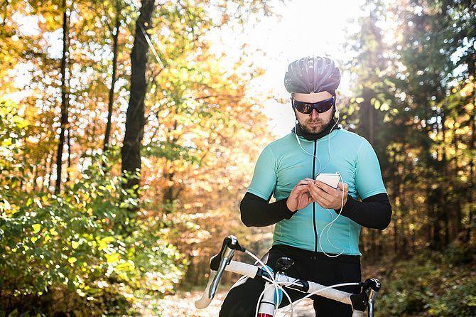 Ciclista escolhe uma música enquanto pedala