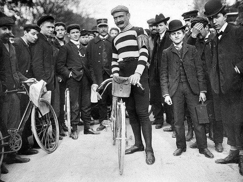 Imagem de ciclista durante a 1ª Tour de France, uma marco no ciclismo na estrada