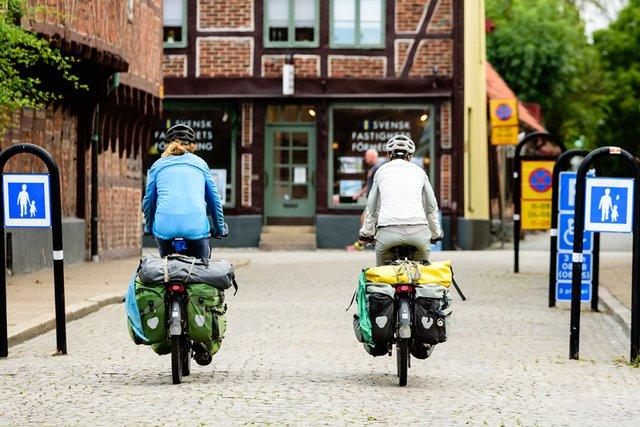 duas pessoas fazendo cicloturismo em uma cidade europeia