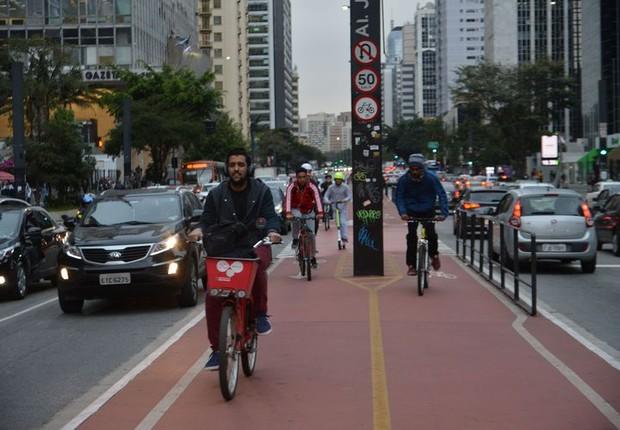 pessoas pedalando em ciclovia em São Paulo