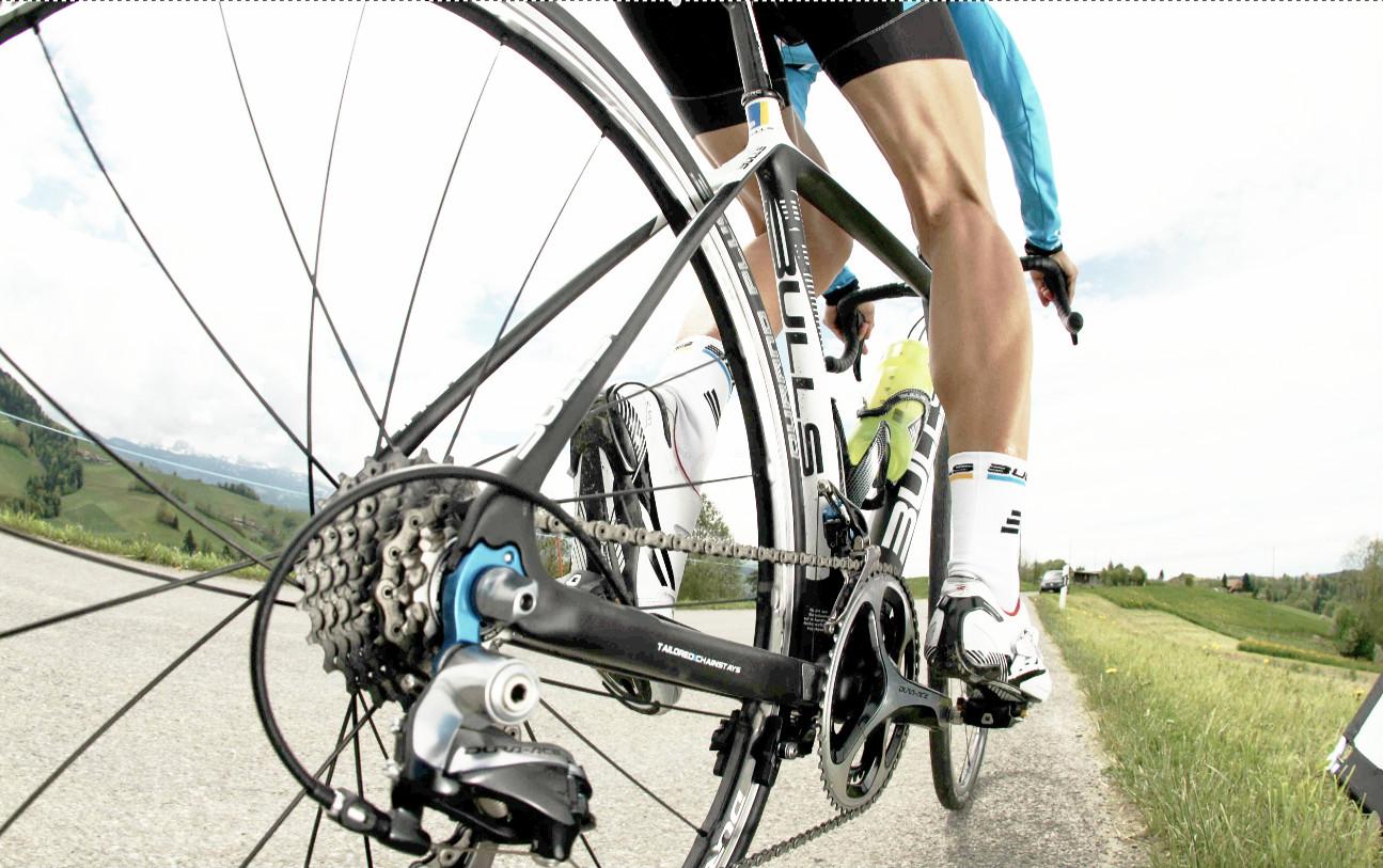 Homem pedala de bicicleta estrada em alto desempenho