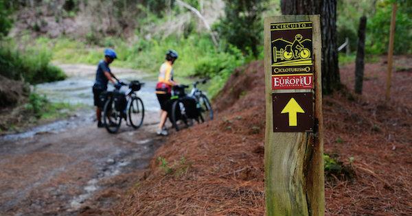 ciclistas ao lado de suas bicicletas em trilha do Vale Europeu