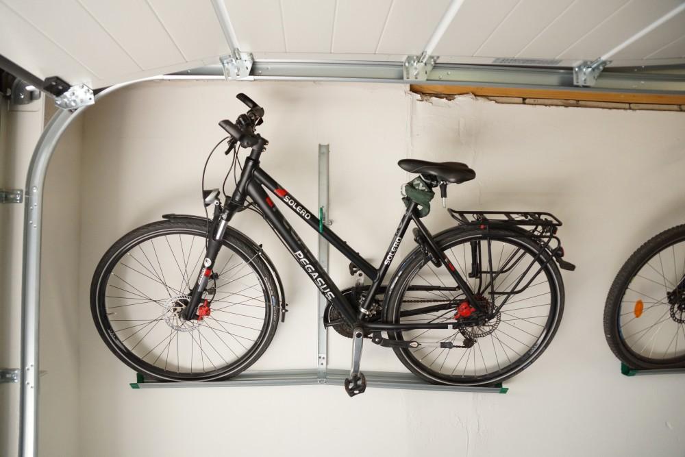 Bicicleta encostada na garagem