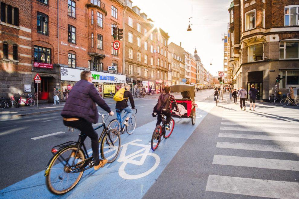 Pessoas pedalando em Copenhague