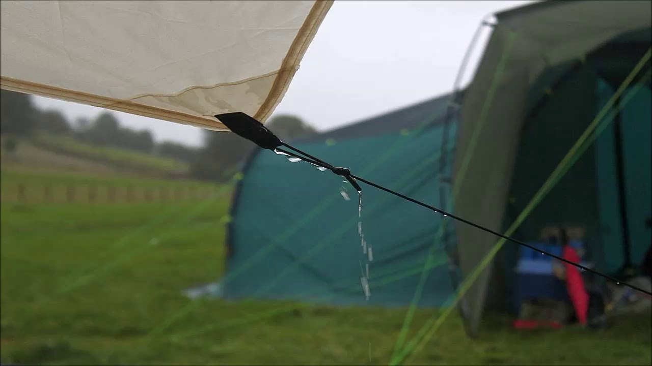 Close em fio de barra molhado pela chuva