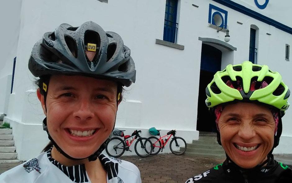 Arila e Cristina durante uma cicloviagem pela Estrada Real.
