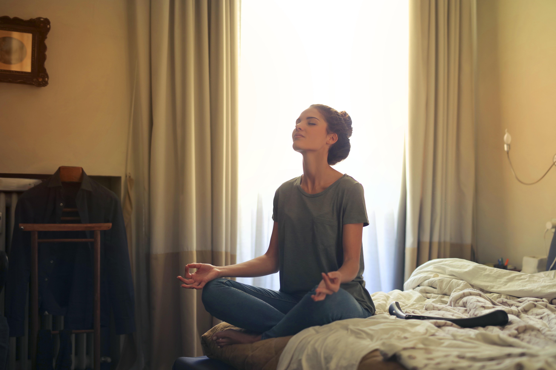 Mulher fazendo yoga no quarto