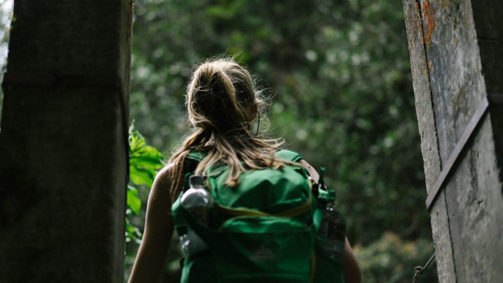 mulher carregando mochila nas costas