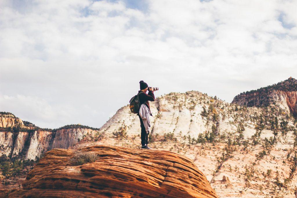 homem fotografando o horizonte