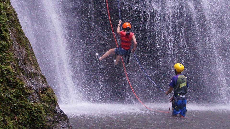 pessoas utilizam capacete para rapel na cachoeira
