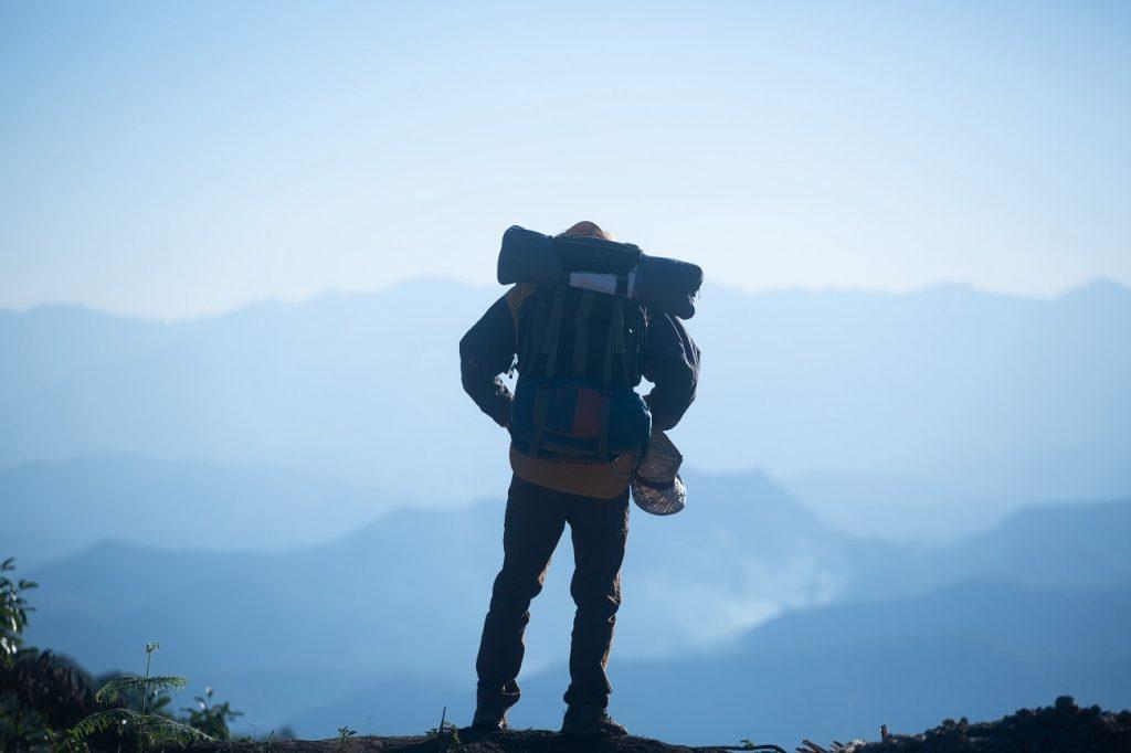 Pessoa pratica escalada: uma das atividades verticais
