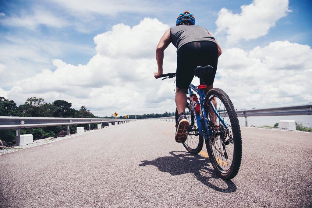 Homem pratica ciclismo ao ar livre