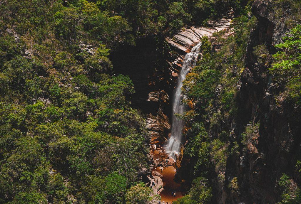 Lugares próximos a cachoeiras são destinos frequentes para camping