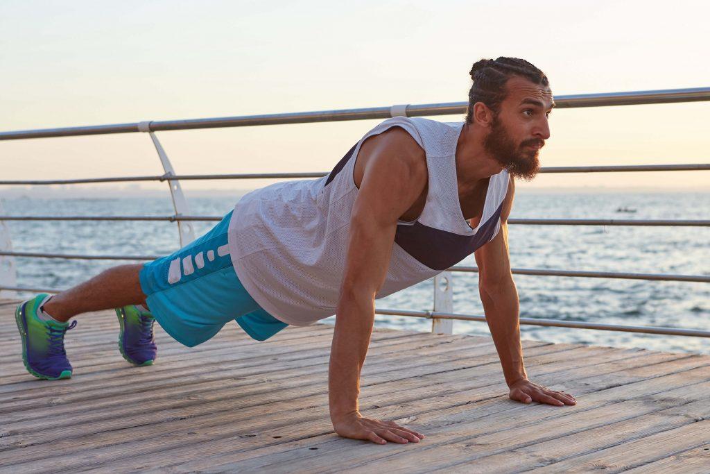 A prancha é um exercício para fortalecer os músculos como aquecimento antes de pedalar