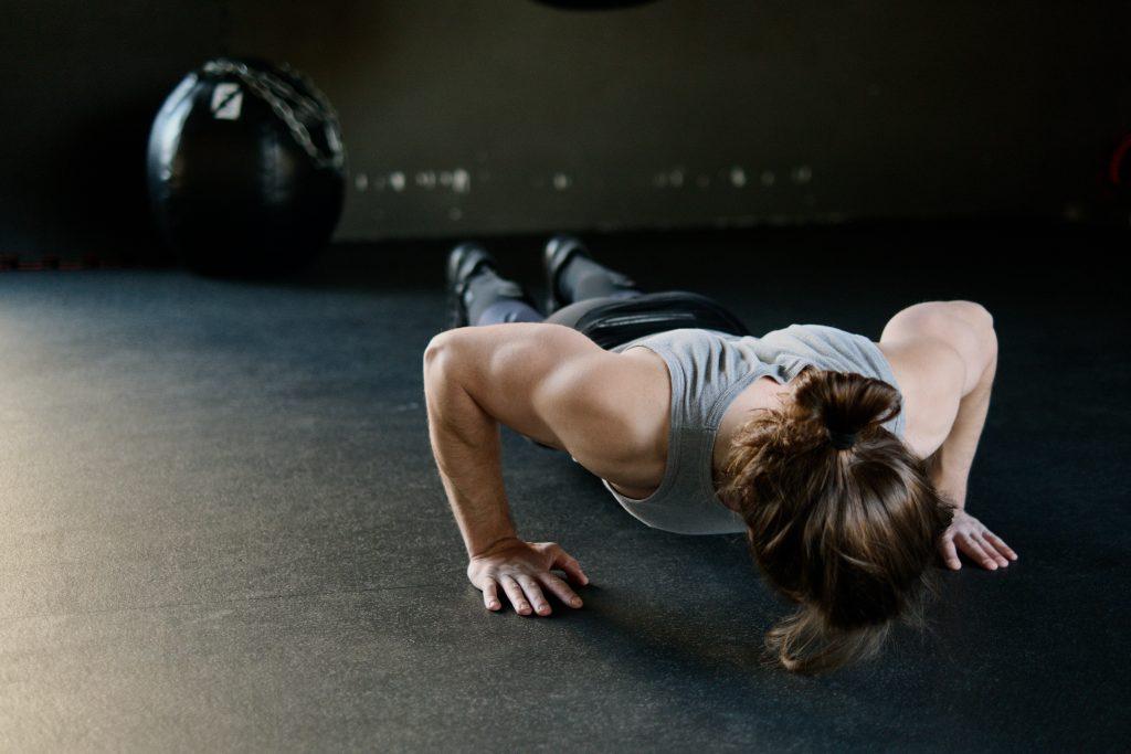 As flexões são um ótimo exercício para aumentar a força muscular e para o aquecimento antes de pedalar