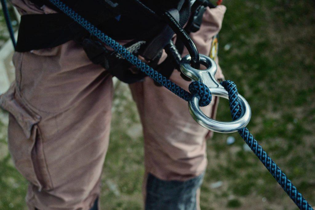 Ao praticar a escalada, não se esqueça de conferir seus equipamentos de segurança