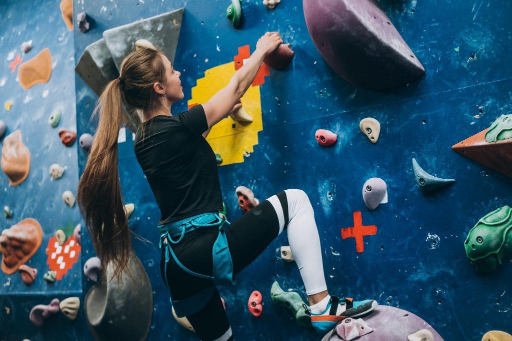 O local de prática é a principal diferença entre escalada indoor e outdoor