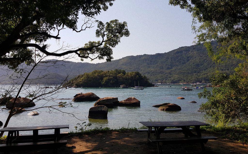 Vista de local de camping na praia de Ilha Grande