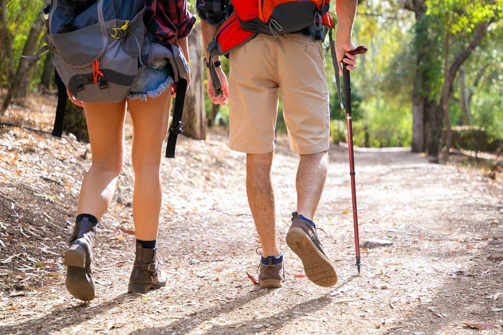O bastão de caminhada é um dos equipamentos para trekking que vão te dar mais conforto na aventura