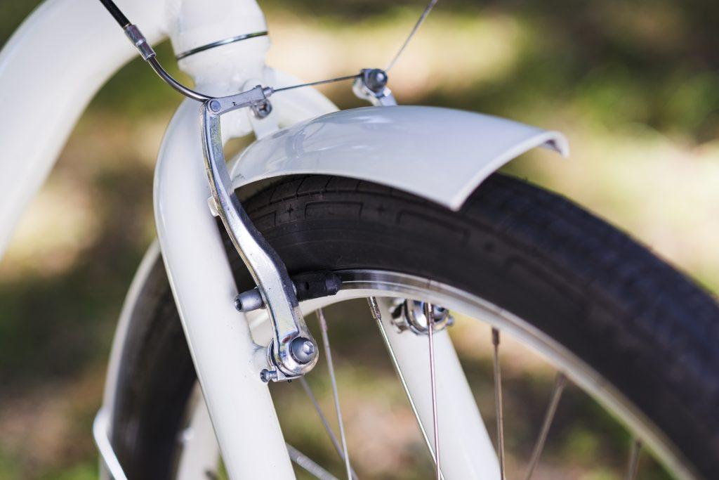 Close up de roda e freio de bicicleta
