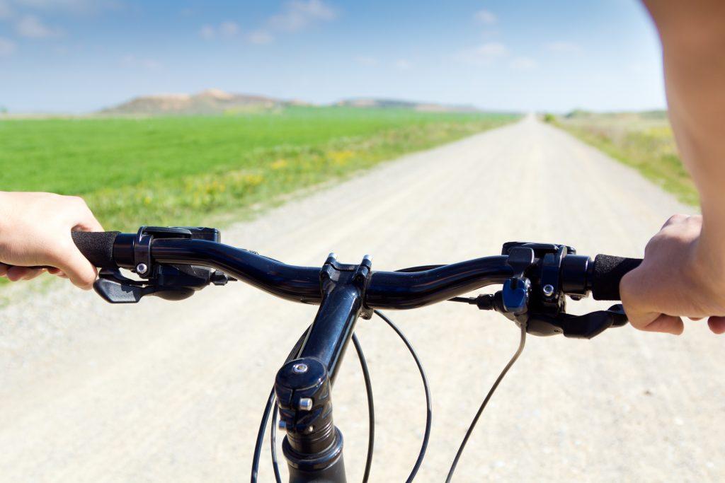 Pessoa acionando freio de bicicleta