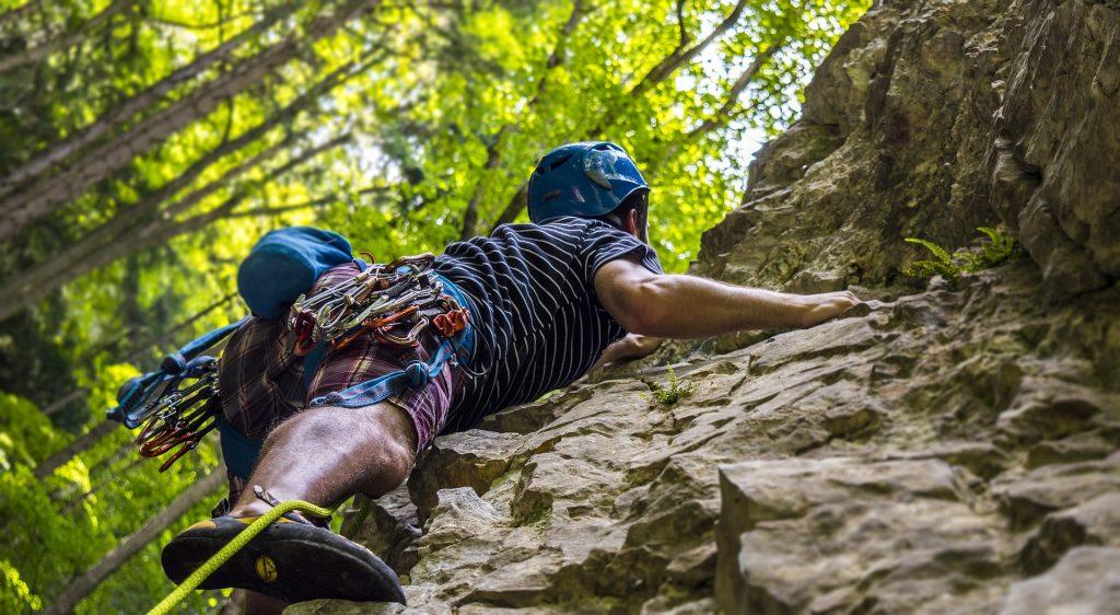 Treinamento para escalada em rocha em meio à natureza