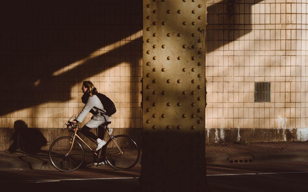 Moça vai trabalhar de bicicleta pela ciclovia