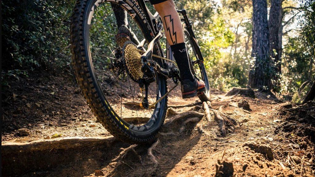 Aro de bicicleta em estrada de terra