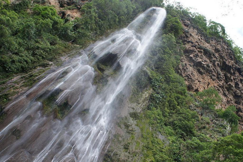 Queda d'água da Cachoeira Boca da Onça vista de baixo