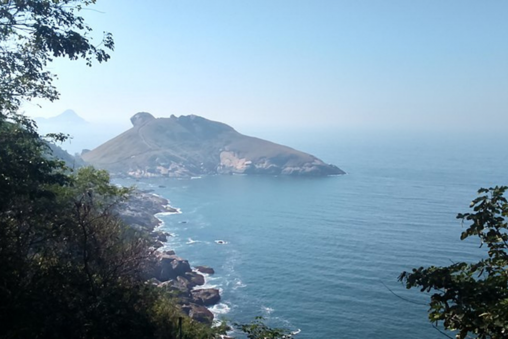 Pedra da Tartaruga e trilha vista de longe